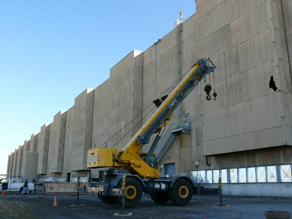 Workers at USEC's Paducah Plant position a crane to begin repair work on the side of a building damaged in the storm. pic.twitter.com/InU7x7IlwA